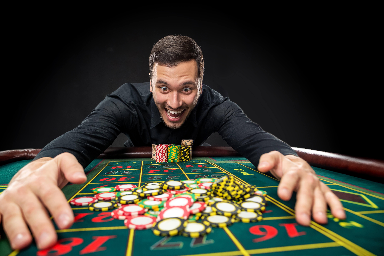hombre apostando en la ruleta con dinero real